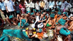 Tamil Nadu farmers hit themselves with brooms while protesting