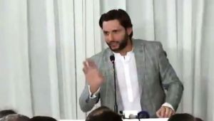 Shahid Afridi mocks his batting at an event