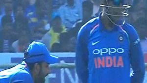 India vs SL 3rd ODI : MS Dhoni fails to review a LBW, gives golden chance to Samarwickrama