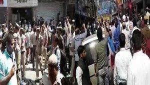 New Delhi : Traders and police clash during MCD's sealing drive in Lajpath Nagar