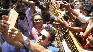 Sachin Tendulkar takes selfie with fans on his 45th BDay