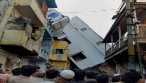 Ahmedabad : 4 Storey Building Collapses, 5 NDRF Teams are on Rescue Operation