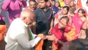 MP Election 2018: CM Chouhan's wife conducts door to door campaign in Budhni