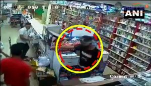 Three armed men rob chemist shop at gunpoint in Okhla, Viral video