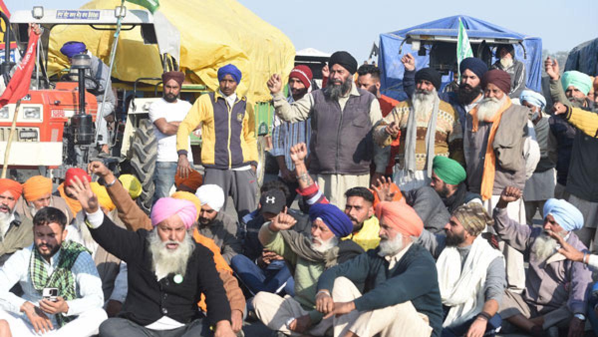 'Hum Honge Kaamyab': Slogans, songs & drumbeats galore as hundreds of farmers gather at Burari