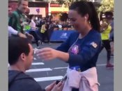 Man stops girlfriend midway in marathon to propose; Twitterati disgusted