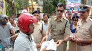 WB traffic police gives away rewards for obeying traffic norms, sets benchmark