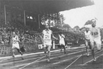 1924 Paris Oly: This pic reveals photofinish in 100m dash. Gold medallist Harlod Abrahams of Britain broke the 10 sec barrier for the first time.