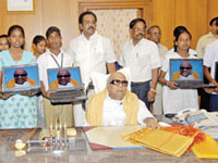 M Karunanidhi distributes laptops to SSLC toppers
