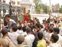 1shot dead in Patna students rampage