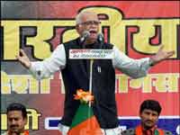 Advani attacks govt on dynasty politics