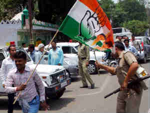Farmers' unrest in UP: Police chargers on a Congress suppoter