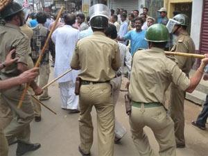 Police lathicharging people