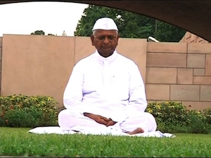 Anna Hazare prays at Raj Ghat