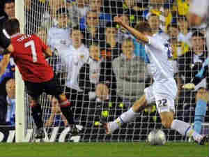 Michael Owen slots the ball home to put Manchester United in front