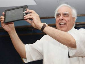 Kapil Sibal in launch of Aakash-I tablet