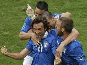 Italy beat Ireland 2-0, reach last eight