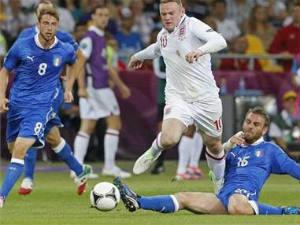 Wayne Rooney and Italy's Daniele de Rossi