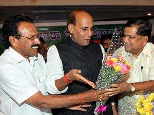 Sadananda Gowda with Jagadish Shettar
