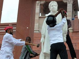 Mayawati staue vandalised