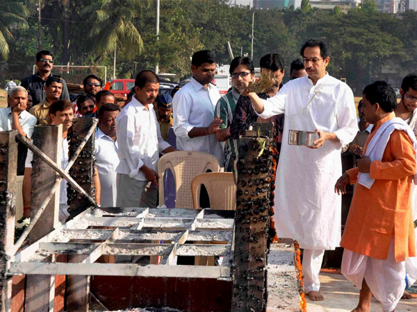 Uddhav collects Bal Thackeray's ashes