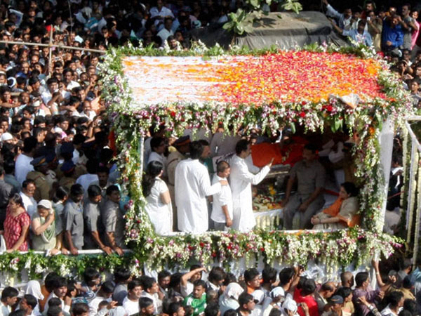 Shiv Sainiks at Bal Thackeray's funeral procession