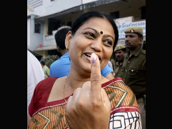 Shweta Bhatt shows her marked after casting vote