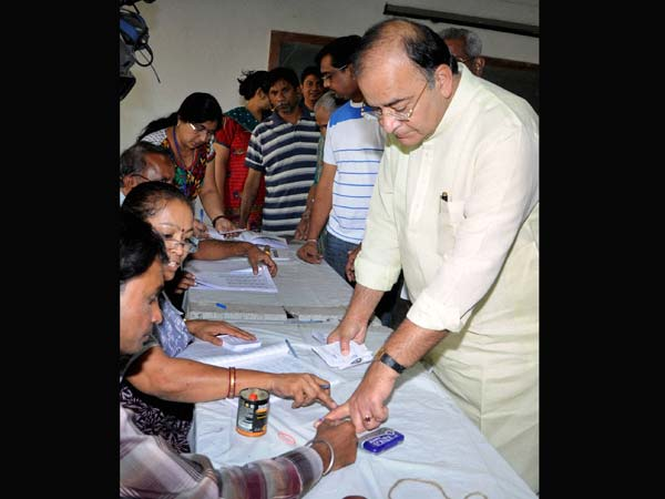 Arun Jaitley gets his finger marked with indelible ink