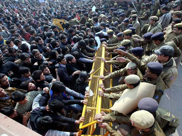 Police-protesters clash at Vijay Chawk
