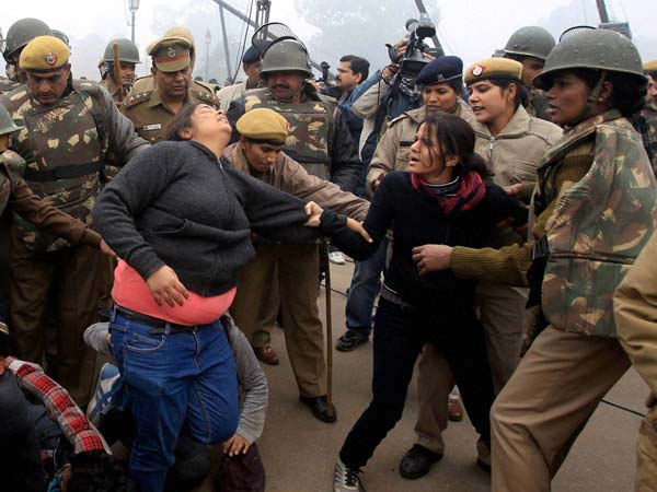 Police scuffle with protesters at Raj Path