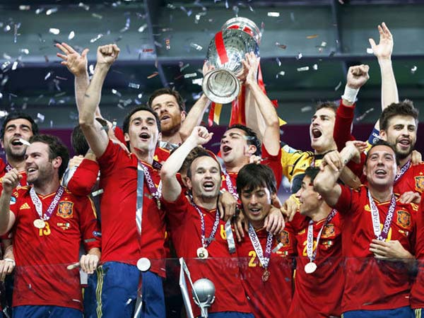 Defending world champions Spain routed Italy 4-0 to win