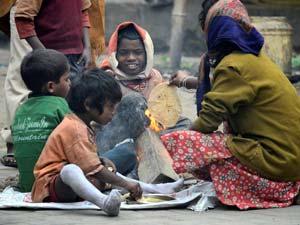 Children from slums cook chapatis