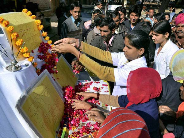 Students Paying Tributes