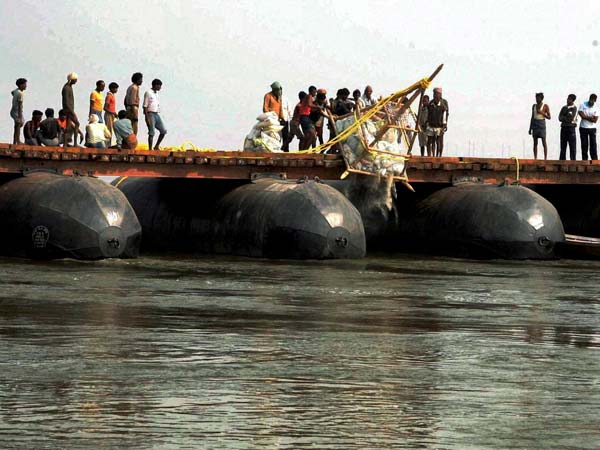 Temporary pontoon bridge over the river Ganga