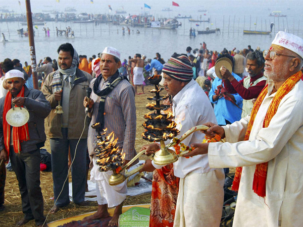 Devotees perform 'arti' of Ganga River