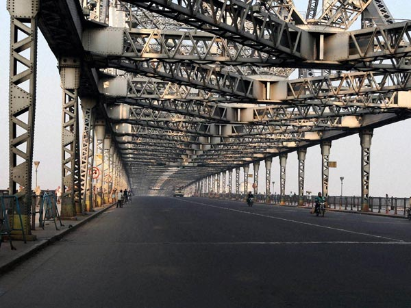 A deserted view of Howrah Bridge during first day