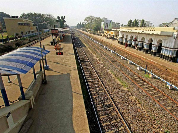 A deserted view of railway platform