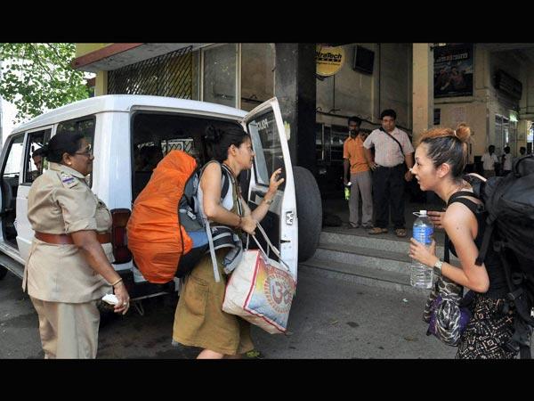 Cops Help Tourists