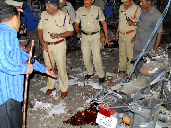 Pieces | Human Flesh | Blood | Hyderabad | Blasts Site - Oneindia News