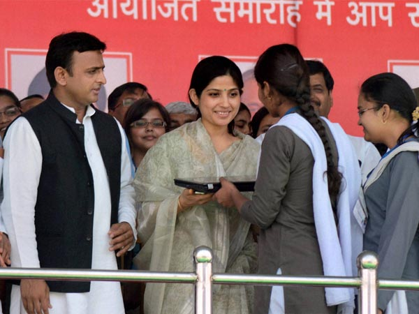 Akhilesh, wife give free laptop to young students
