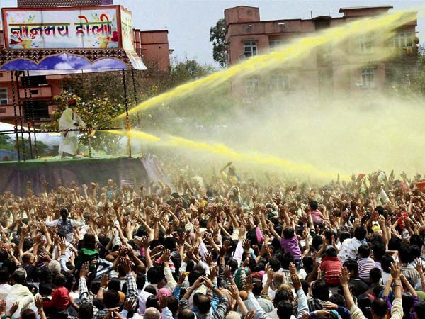 Lakhs gather to celebrate Holi