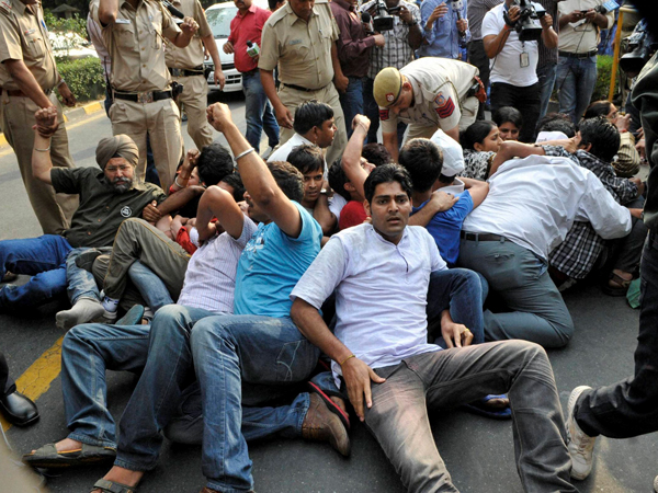 Delhi Rape: Police-Protesters Clash Outside PM Residence