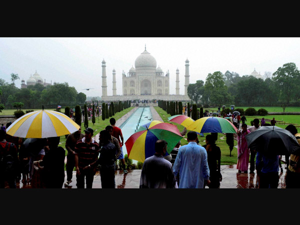 Tourists not affected by rains at Agra