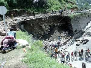 CM, 1,000 tourists stranded in valley