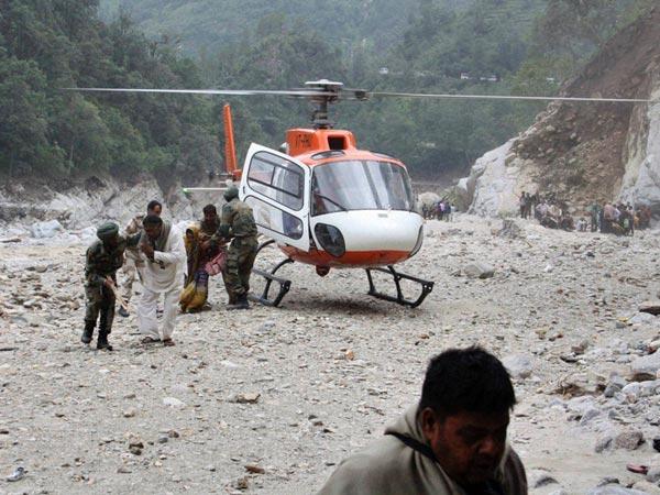 stranded-pilgrims-get-off-helicopter