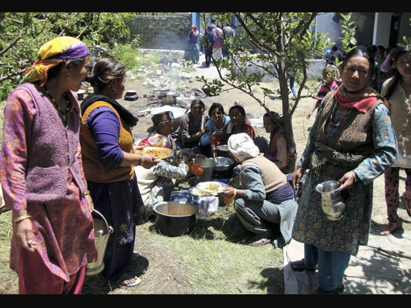 victims-cooking-food-in-uttarakhand