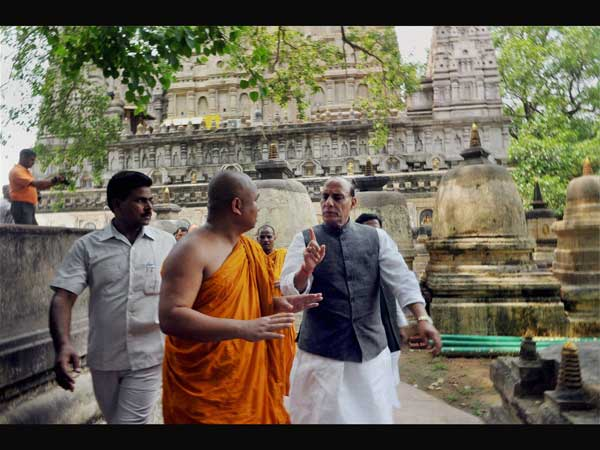 BJP President Rajnath Singh interact with the chief priest