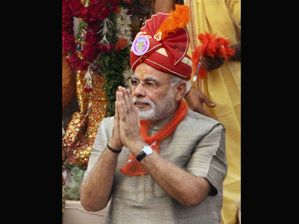 Narendra Modi going on the rath to performs 'Pahind Vidhi' puja