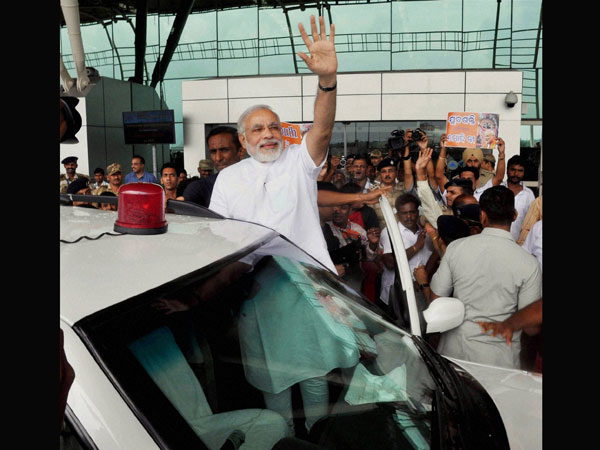 Modi waves hand on his arrival in Bhubaneswar