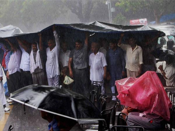 Delhi: heavy rain, traffic out of gear